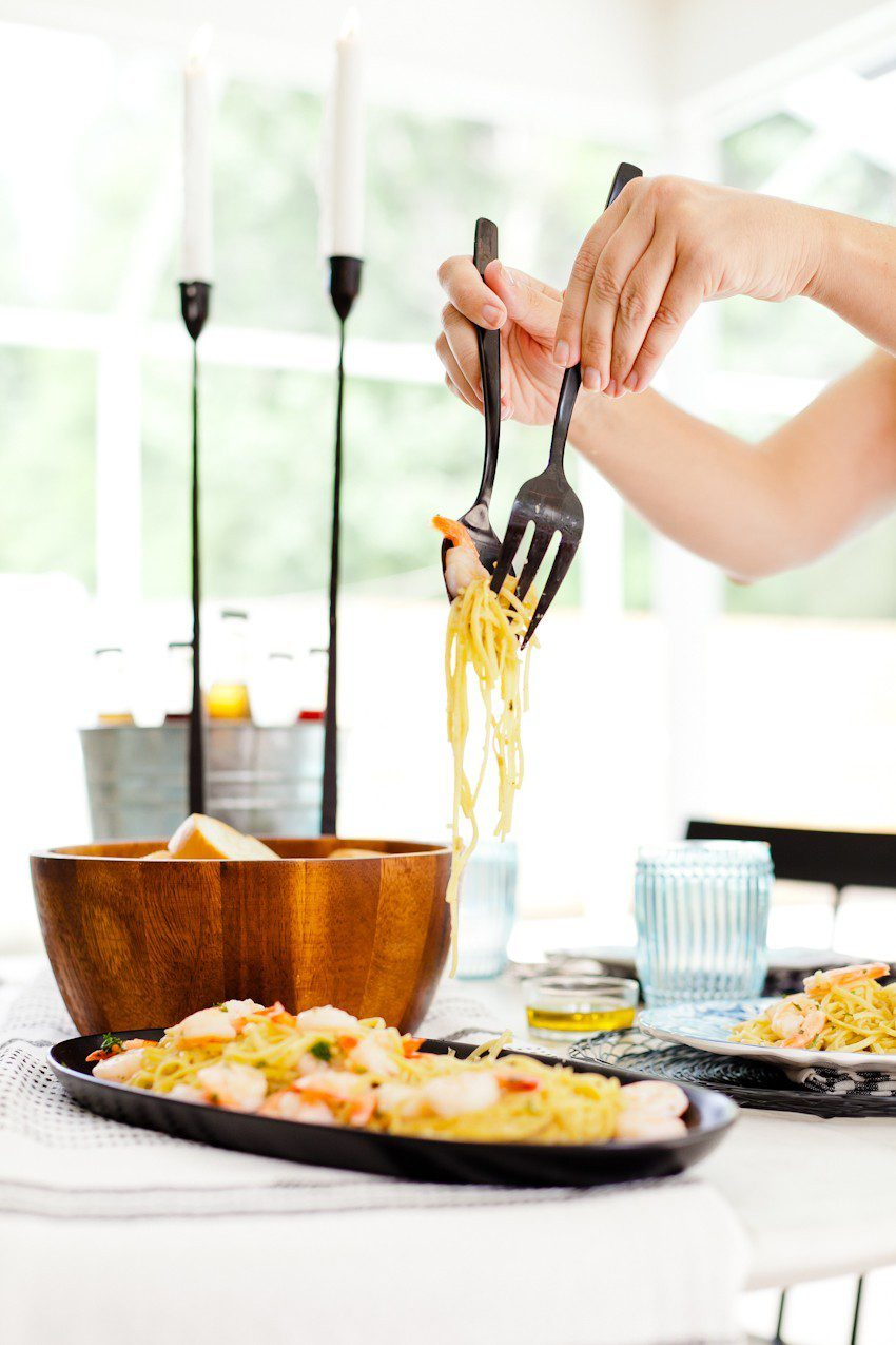 Summer Recipe: Simple Sizzling Shrimp Scampi and easy summer tablescape for entertaining featured by popular Florida lifestyle blogger Fresh Mommy Blog
