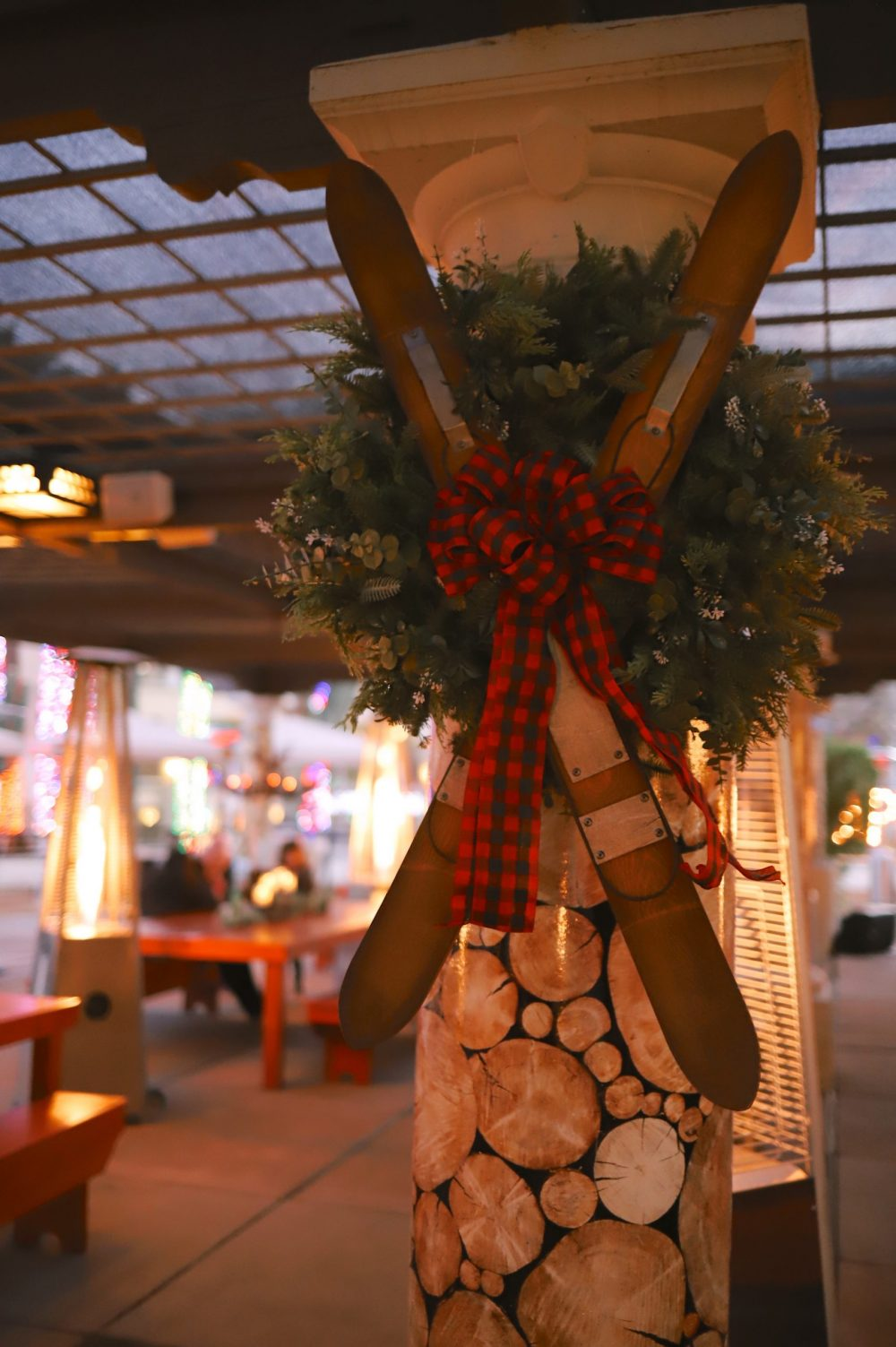 One of the Best Secret Winter Sun Destinations, Scottsdale Arizona. Family-friendly dinner at fun holiday pop up restaurant The Lodge at The Scottsdale Princess |Guide by popular Florida travel blog, Fresh Mommy Blog: image of a snow skis Christmas wreath.